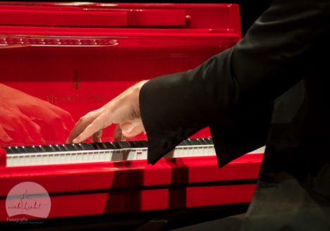 Klavierspielend